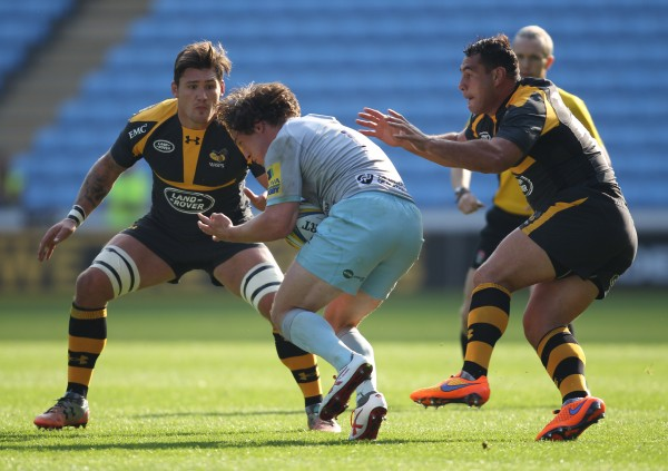COVENTRY, ENGLAND - OCTOBER 04: Guy Thompson of Wasps and Jamie Elliott of Northampton Saints (centre) and George Smith of Wasps in action during the pre season friendly match between Wasps and Northampton Saints at The Ricoh Arena on October 4, 2015 in Coventry, England. (Photo by Harry Hubbard/Getty Images)