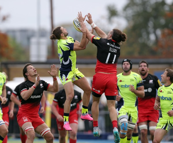 BARNET, ENGLAND - OCTOBER 17: Mike Ellery (R) of Saracens and Tom Arscott of Sale Sharks challenge for a high ball during the Aviva Premiership match between Saracens and Sale Sharks at Allianz Park on October 17, 2015 in Barnet, England. (Photo by Clint Hughes/Getty Images)