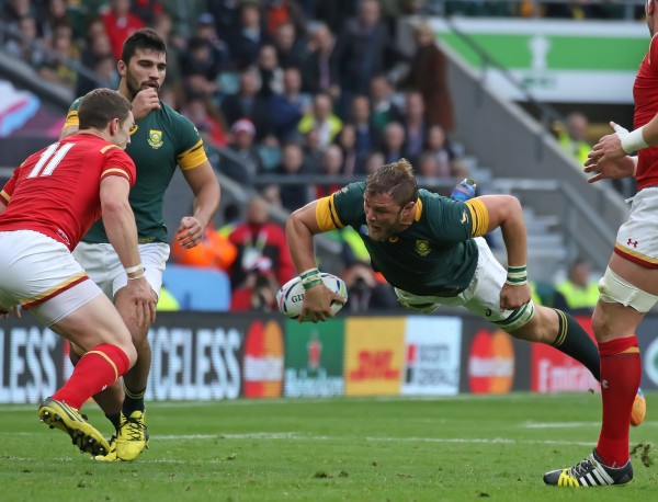 TWICKENHAM, ENGLAND - OCTOBER 17: Duane Vermeulen of South Africa throws a pass during the 2015 Rugby World Cup Quarter-Final match between South Africa and Wales at Twickenham Stadium, on October 17, 2015 in London, United Kingdom. (Photo by Mitchell Gunn/Getty Images)