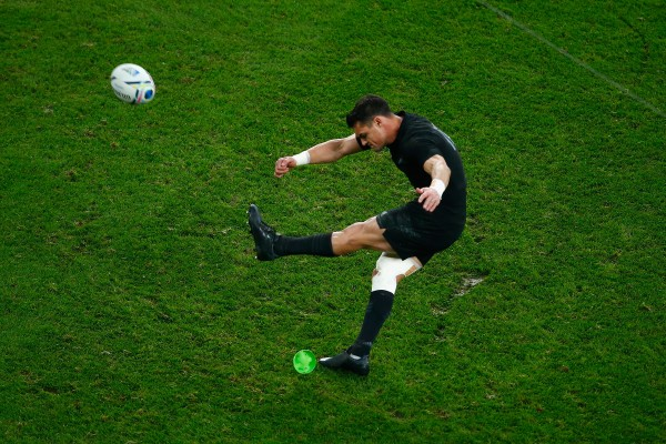 LONDON, ENGLAND - OCTOBER 31: Dan Carter of the New Zealand All Blacks kicks a penalty during the 2015 Rugby World Cup Final match between New Zealand and Australia at Twickenham Stadium on October 31, 2015 in London, United Kingdom. (Photo by Laurence Griffiths/Getty Images)