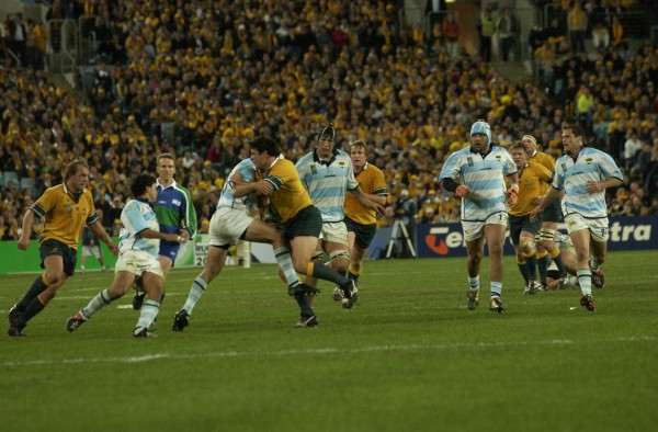 10 OCT 2003 - THE OPENING MATCH OF THE RUGBY WORLD CUP 2003 ( RWC2003 ) AUSTRALIA VS ARGENTINA AT TELSTRA STADIUM IN SYDNEY. AUSTRALIA WON 24-8. (Photo by Patrick Riviere/Getty Images)